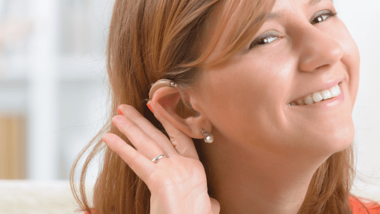 Mujer feliz con audífono