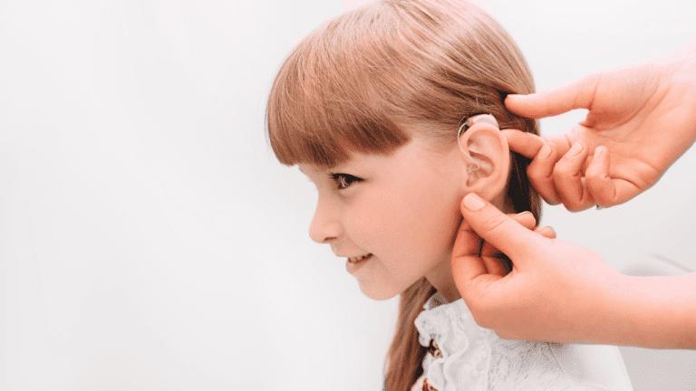 Niña con audífono